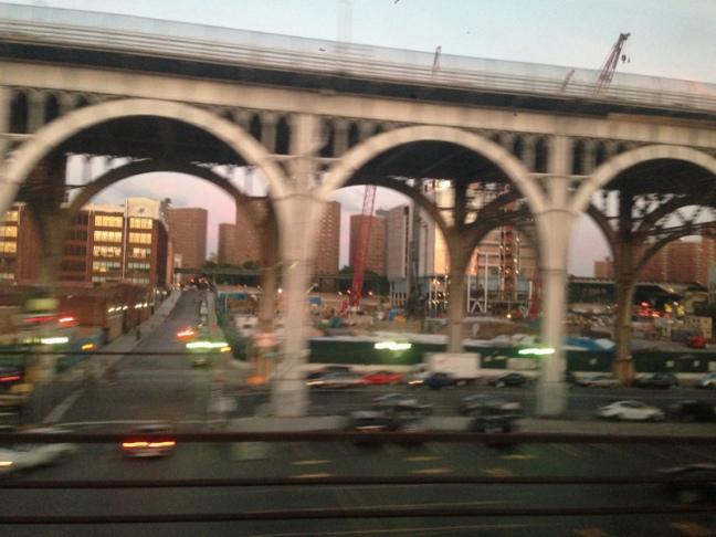 Kereta mulai masuk ke (Pulau) Manhattan.