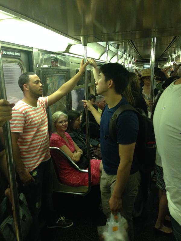 Suasana di subway NYC yang agak padat.